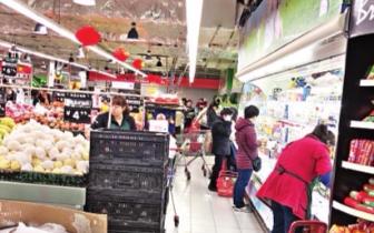 福州一超市工作人员推叉车时购物车顶伤顾客腰