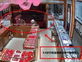男子戴头盔持利斧冲入金店抢劫 作案过程仅23秒
