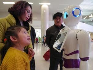 医院智能导诊机器人上岗 吸引众人目光