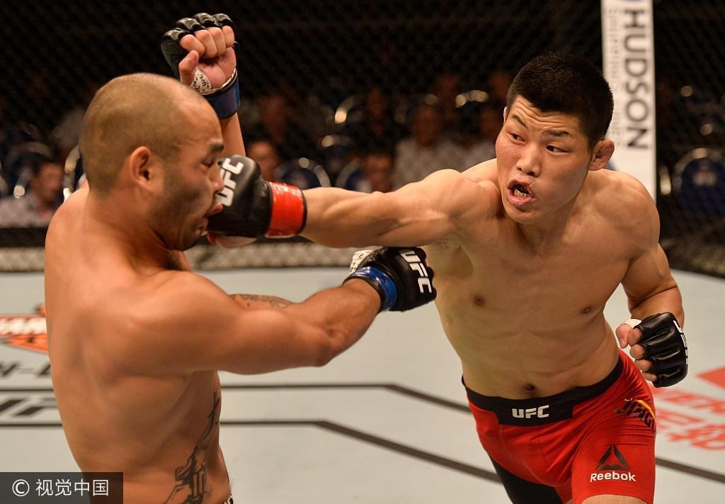李景亮向卡马乔出拳。