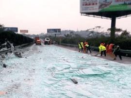 小车高速突然停车酿事故 碎玻璃铺了上百米