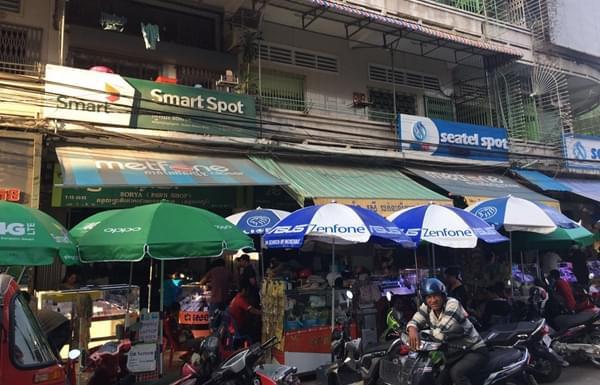 柬埔寨金边的二手手机市场,CooTel定制手机在这里并不流通。CooTel相较柬埔寨当地的Cellcard、Smart、Metfon等对手有着较大差距