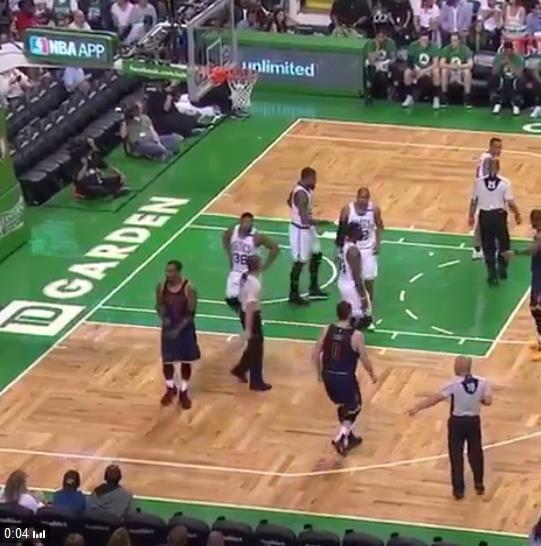 【影片】JR橫掃手勢挑釁綠軍主場球迷 球迷們:反正也不用回來了