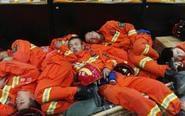 救灾消防官兵倒地就睡着