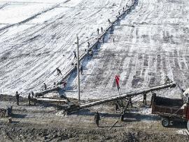 运城:盐池芒硝丰收季 工人冒寒忙铲收