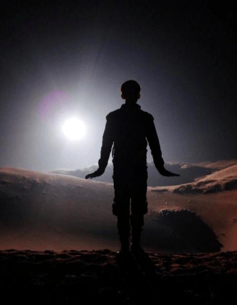 """大漠景色似外太空 吴磊张开双臂""""要起飞了"""""""