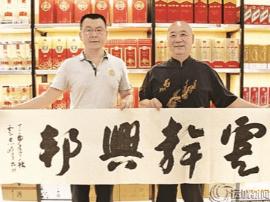 书法爱好者卢志峰赠书退伍军人张战鹏