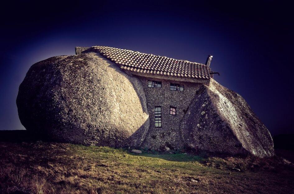 世界上最疯狂的房子,建于两个巨石之间