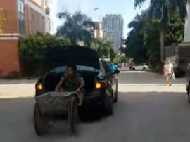 福州一轿车后备箱载人还拉车 交警:涉三项违法