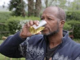 英国男子喝尿6年减肥100斤 称尿疗能解决粮食危