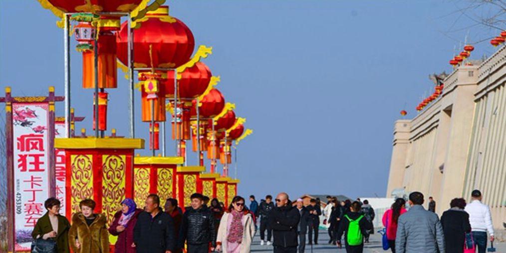 大年初一黄河横城冰雪彩灯艺术节游客纷至沓来