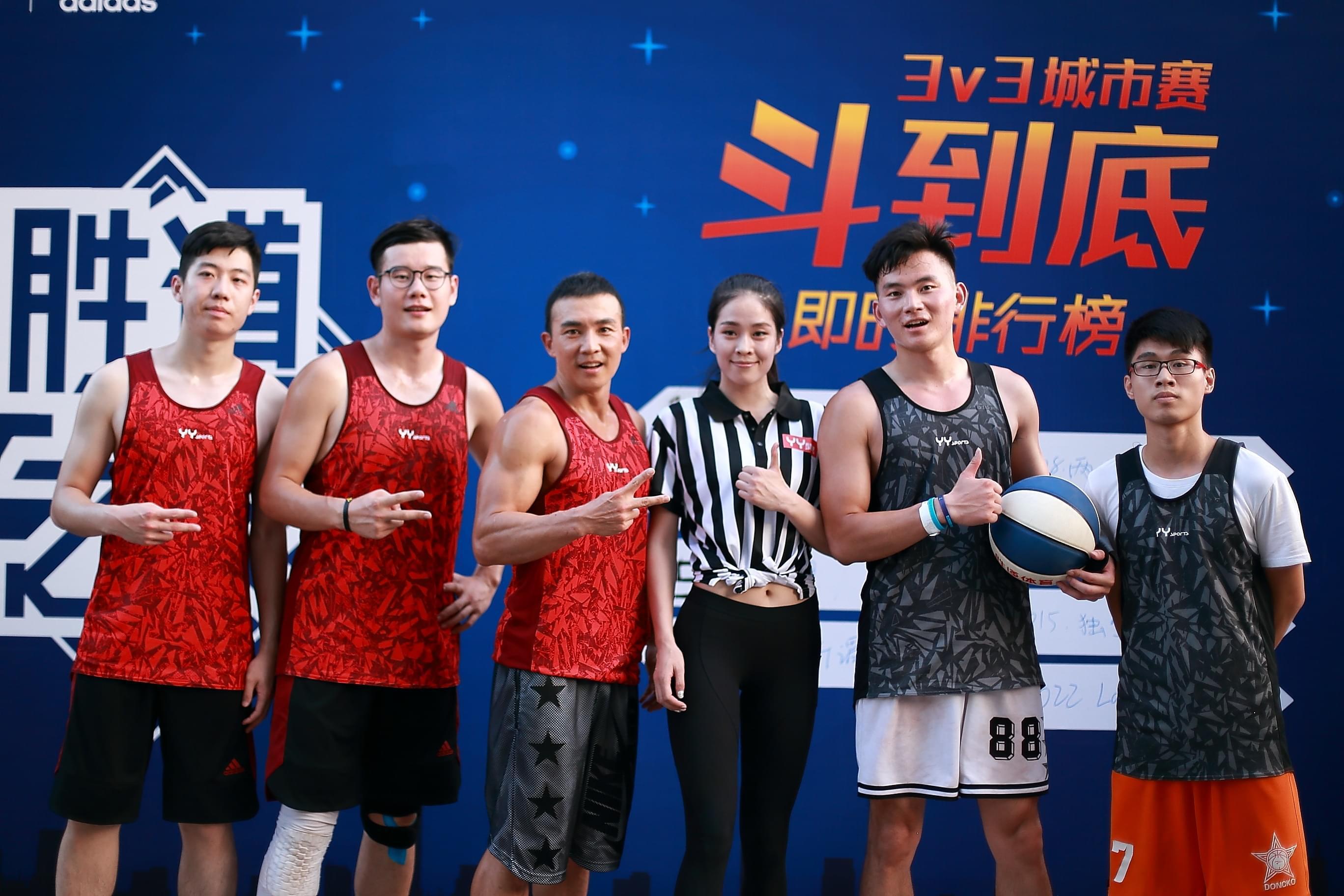 台湾知名歌手刘畊宏(左三)以大魔王身份出战