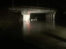 雨夜轿车过涵洞被淹熄火 女司机爬车顶报警求助
