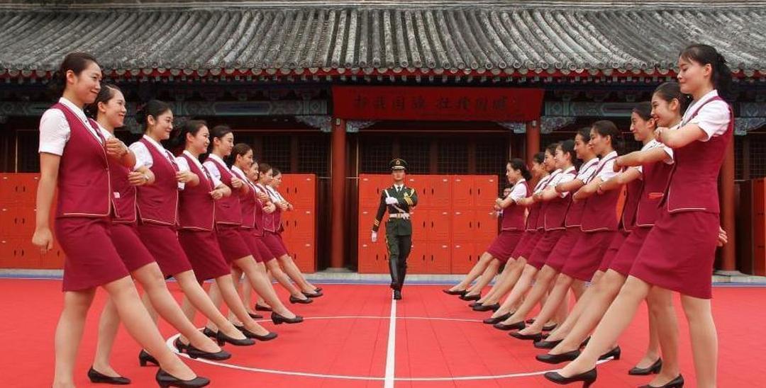 动车美女乘务员探访国旗护卫队 着制服军训