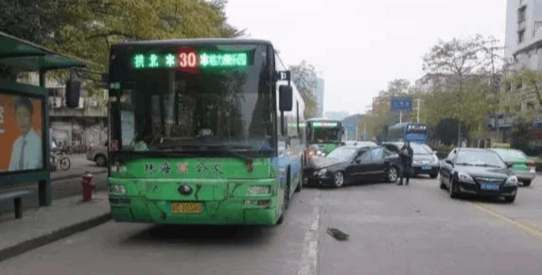 珠海奔驰女司机,一脚油门铲进公交车底