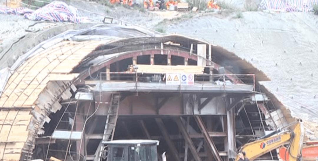 广东江门隧道施工现场泥沙坍塌 一人被困