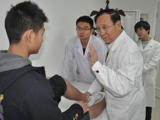 我国运动创世治疗领域开拓者田得祥老先生(戴眼镜老者)
