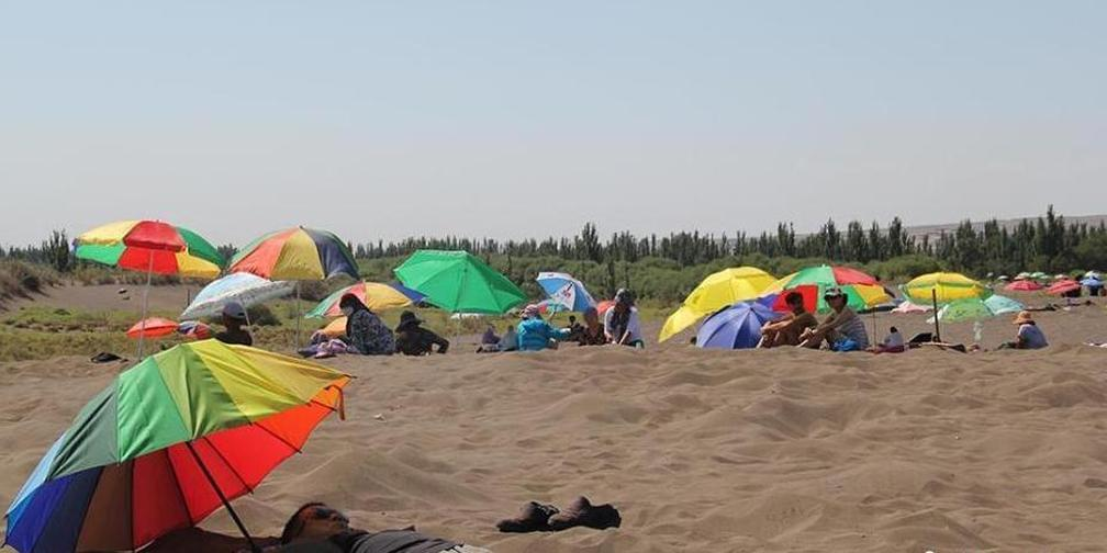 新疆吐鲁番进入高温模式 沙疗受追捧