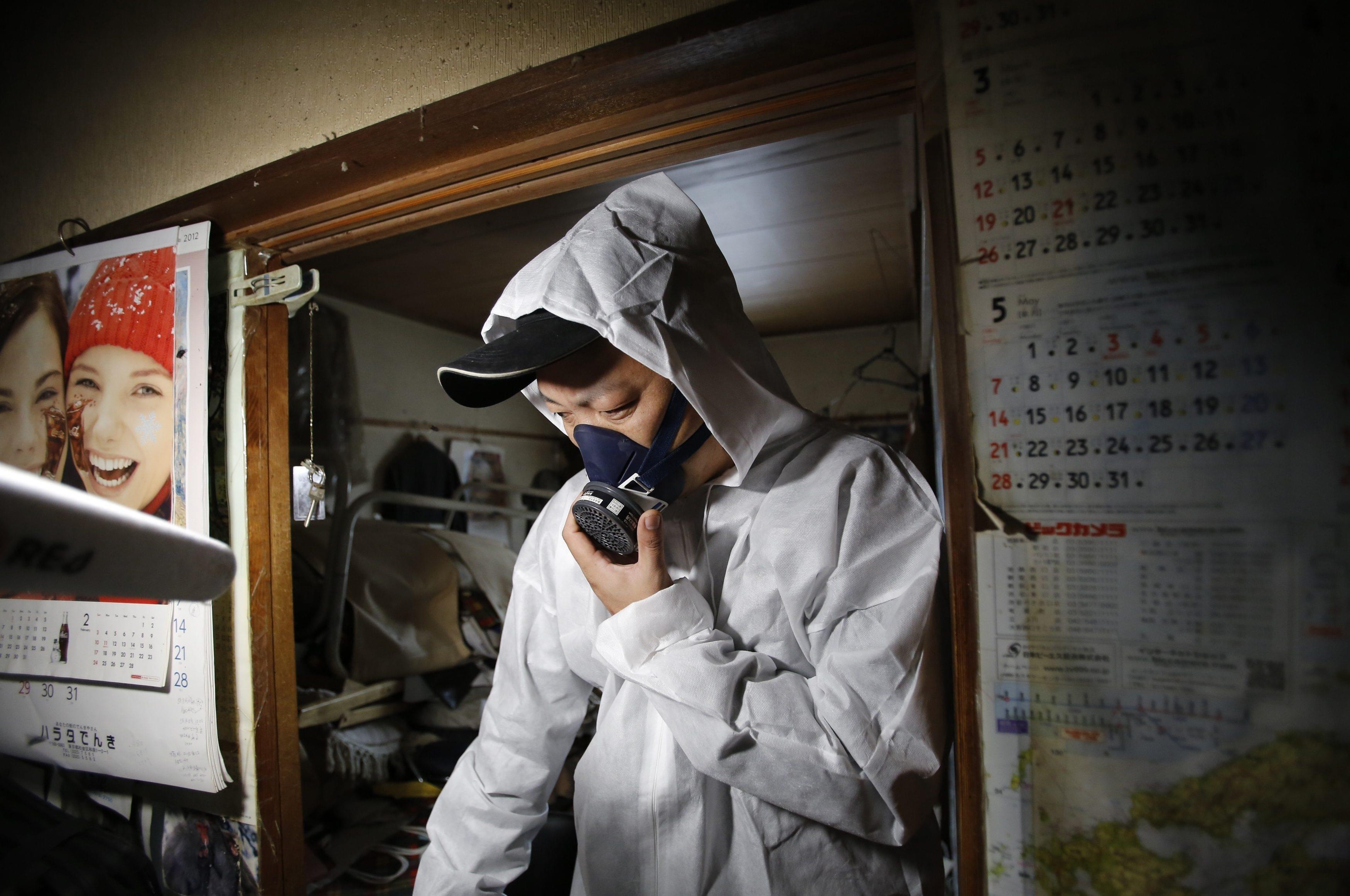 """2015年3月20日,日本东京,专项清洁工为""""孤独死""""老人清理空巢。/视觉中国"""