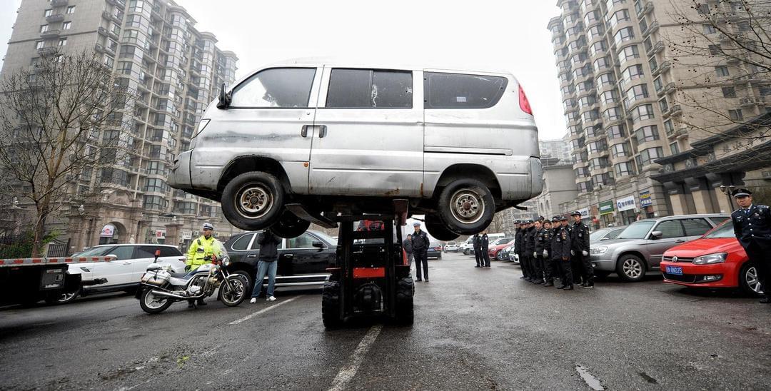 """北京城管联合执法清理400余辆""""僵尸车"""""""