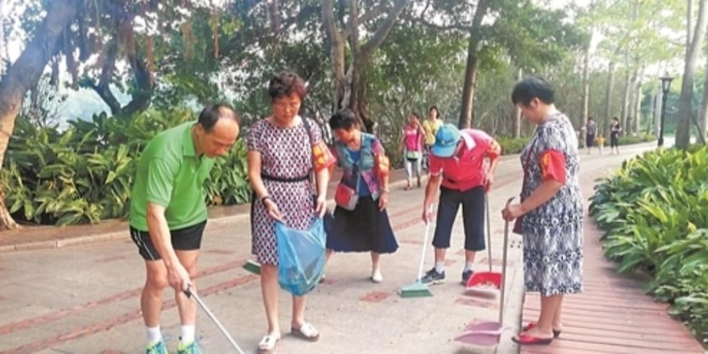 中秋国庆放弃休息 老年督导队呵护公园美