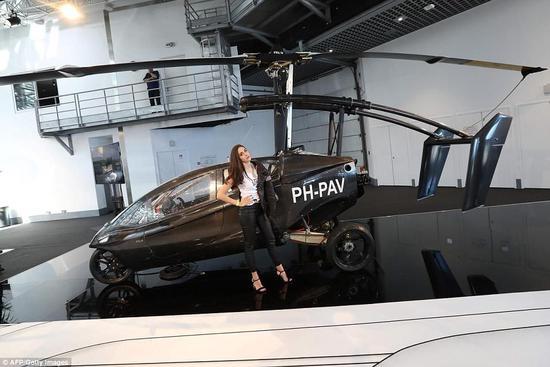 据英国《每日邮报》4月20日报道,近期摩纳哥车展中,斯洛伐克公司AeroMobil推出一款飞行汽车,并将于今年接受第一批订单,定价120万至150万欧元(884万至1100万人民币)。同时荷兰公司Pal-V也推出了Liberty飞行汽车,定价32万-53.4万美元(220万-367万人民币)。  AeroMobil飞行汽车行驶距离约100公里,最高时速为160公里。飞行时最大巡航距离为750公里,只需三分钟就能变成飞机。其机翼可以像昆虫翅膀一样折叠,由混合动力发动机和后推器推动,其Rotax 912 U