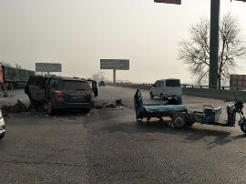 高保路越野车和电动车发生碰撞 两车均损毁严重