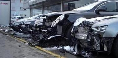 损失四百万老公吓晕 女司机试驾奥迪毁了一排车