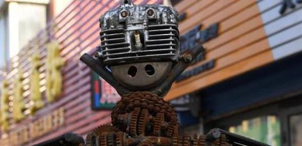 修理工用废旧摩托车零件制成机器人