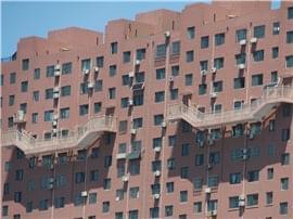 济南一大楼悬50米高楼