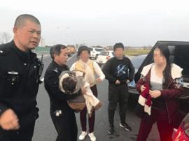 兴化交警:高港游客一家不慎坠河 交警冲下河救人