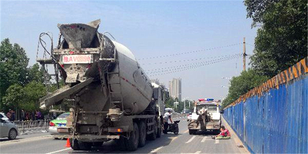 水泥罐车撞倒电动拖行十几米 骑车人死亡