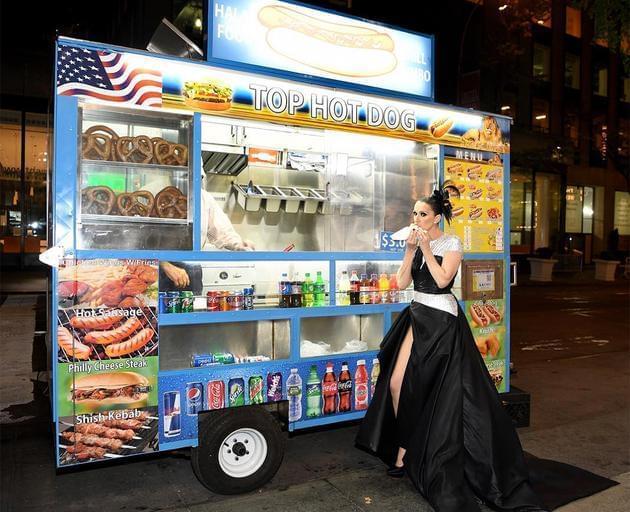 反差萌!49岁席琳·迪翁穿礼服街边吃热狗