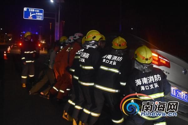 海口男子遭遇车祸被压车底 消防官兵抬车救人