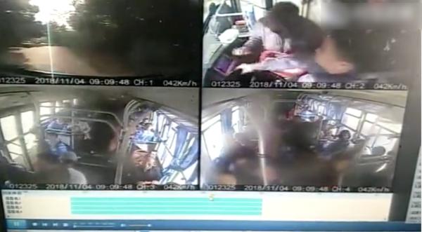 老人坐過站怒搶公交方向盤 司機一掌拍開穩穩停車