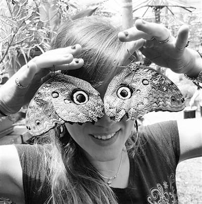 """女科学家有""""怪癖"""" 把虫子放在 脸上拍照"""