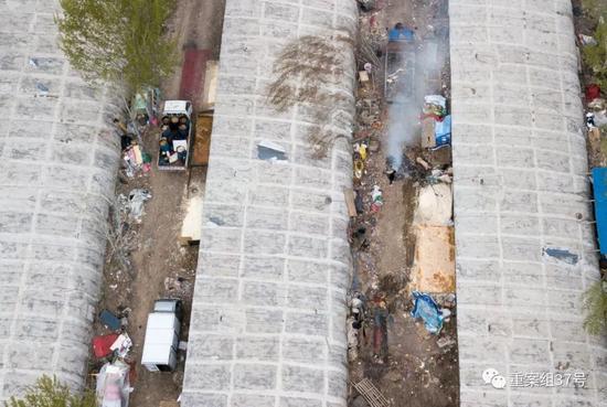 ▲4月13日,通州区北堤寺村南,养猪的住户在院内烧废物,左侧的通道停放的车辆和水漕内,都装满了泔水。  新京报记者 王飞 摄