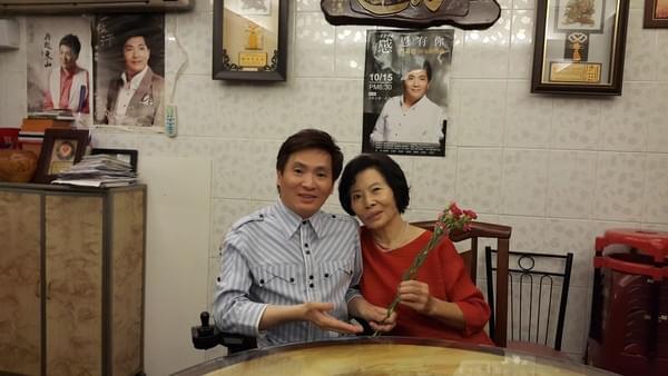 残疾歌手曾多次爬上台唱歌 母亲不离不弃陪伴左右