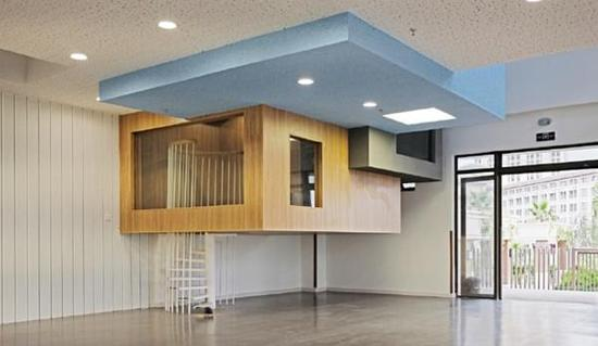 楼道走廊:让孩子体验设计思维 设计师在楼道、走廊、室内庭院的设计中,打破传统以满为美的状态,采用明快简洁的风格,体现流线设计之美。在颜色上以黑白灰等基础色搭配原木色,为孩子提供更加多元、冲突的视觉感受。 在材料投放中,采用了绿植墙壁、黑板漆墙壁、静音地板、磁力穿孔钢板等。南方潮湿,凡与外墙有关的墙体一律用磁砖防护。