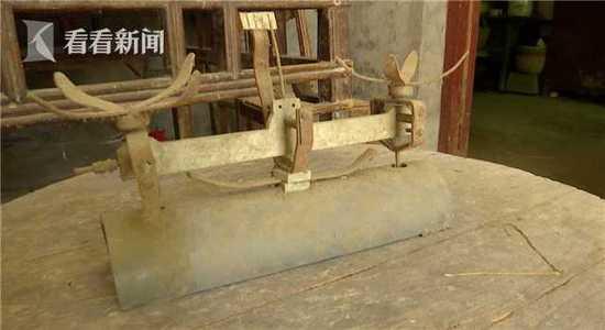 丈夫齐元德手工制作的天平秤
