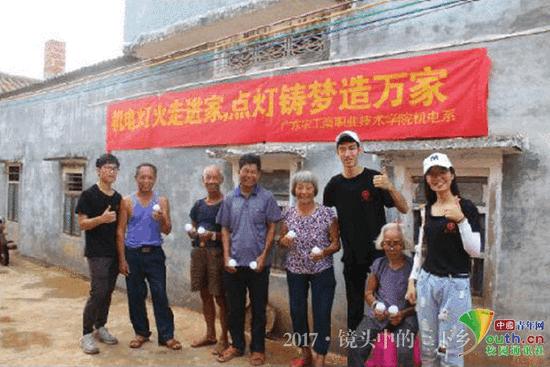 广东大学生下乡维修家电 赠送自制节能灯泡获追捧