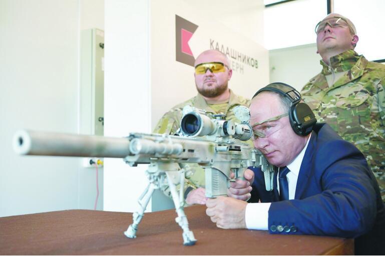 普京试射俄制新型狙击步枪 600米靶5发3中