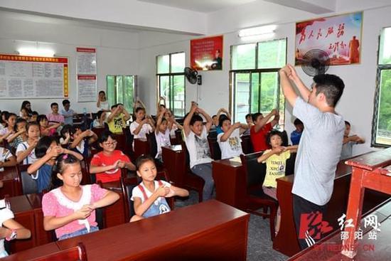 支教老师教孩子科学洗手七步骤.