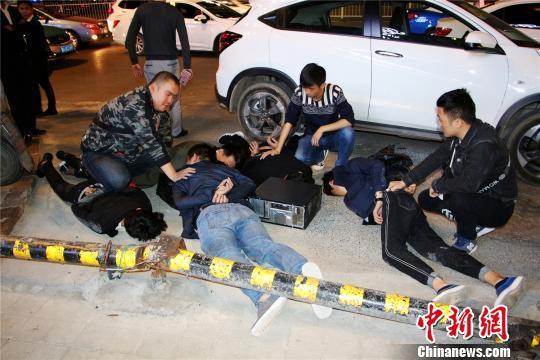 图为警对犯罪嫌疑人进行抓捕。 观山湖警方供图