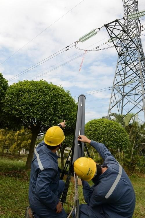 """中国电网的""""激光炮"""":清理高压电线飘挂物的照片 - 3"""