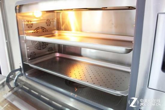 不锈钢蒸烤盘结构与普通烤箱内部类似 初次使用也不会有陌生感
