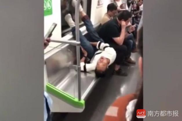 """地铁又现座霸!男子躺座椅花式""""打滚"""" 双脚踩踏车窗"""