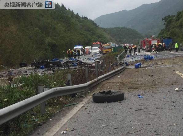 沪蓉高速一辆危化品货车自燃后爆