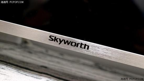 不仅如此,创维55G6A在金属边框的打磨上精益求精。金属中框的光泽在打磨之下相当柔和,并在表面进行拉丝加工处理,不仅视觉效果赞,手感也格外出色。创维Skyworth的标志镶嵌在机身中下部,整体显得非常大气,格调很好。