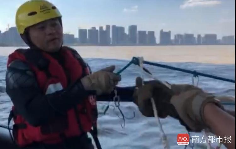公羊队队员用打捞钩在钱塘江搜寻(来源:公羊队)1.jpg